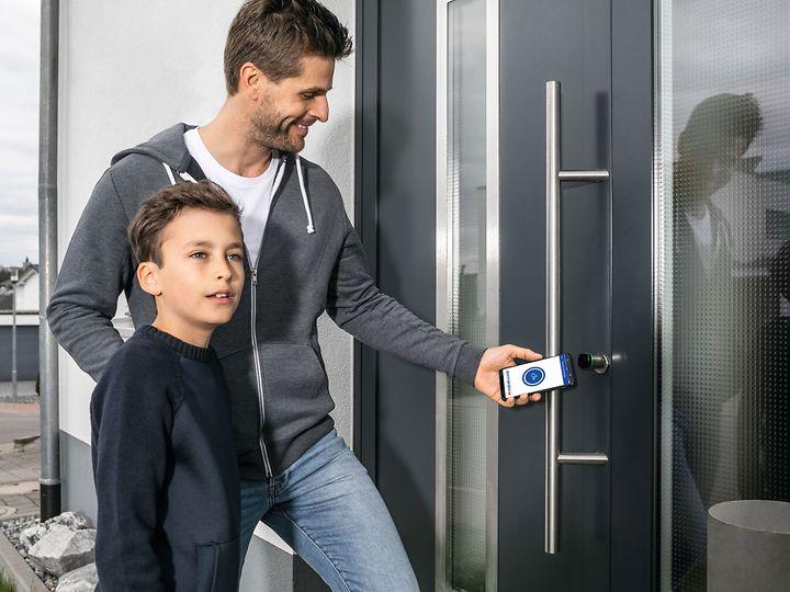 Mit der dormakaba evolo smart App Türen öffnen mit dem Smartphone