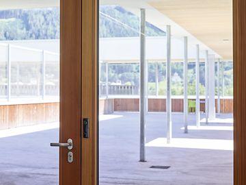 pic_college_workout_room_door_hardware_en